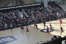 Un niveau d'excellence mondiale - du sol au joueur. Le meilleur joueur de basket du monde dribble sur le sol HARO Sports Rom 25